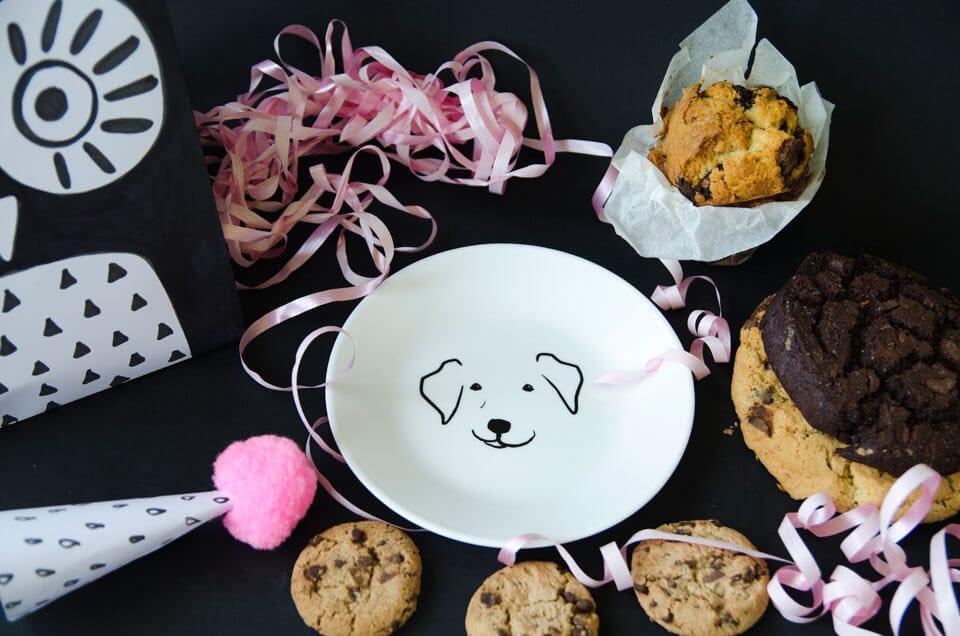 איך אורזים מגדל עוגיות על צלחת כלב מתוקה של קורנינג