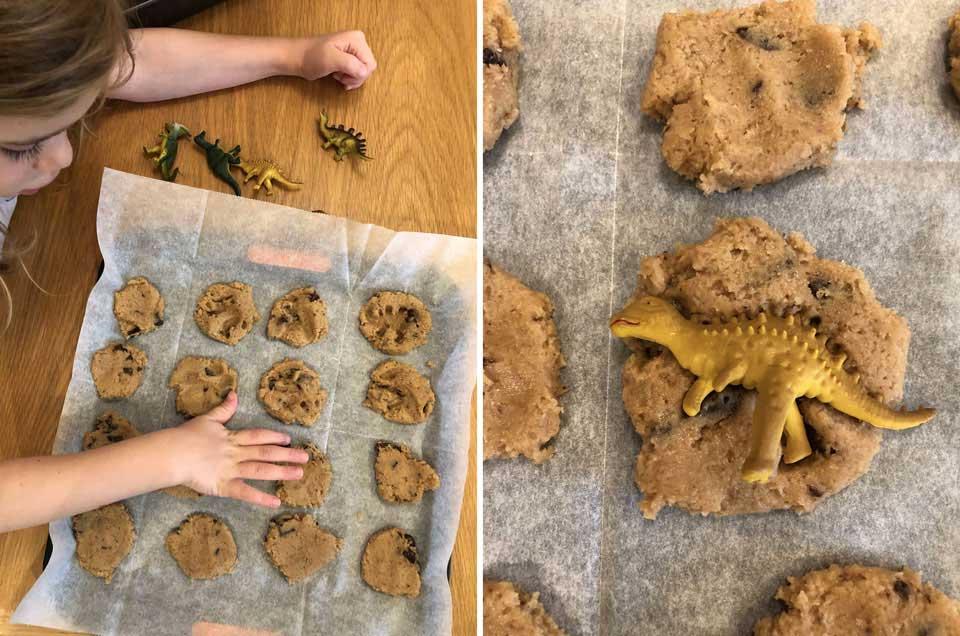 אופים עוגיות עם עקבות דינוזאורים- פעילות עם הילדים בקייטנת אמא יום דינוזאורים