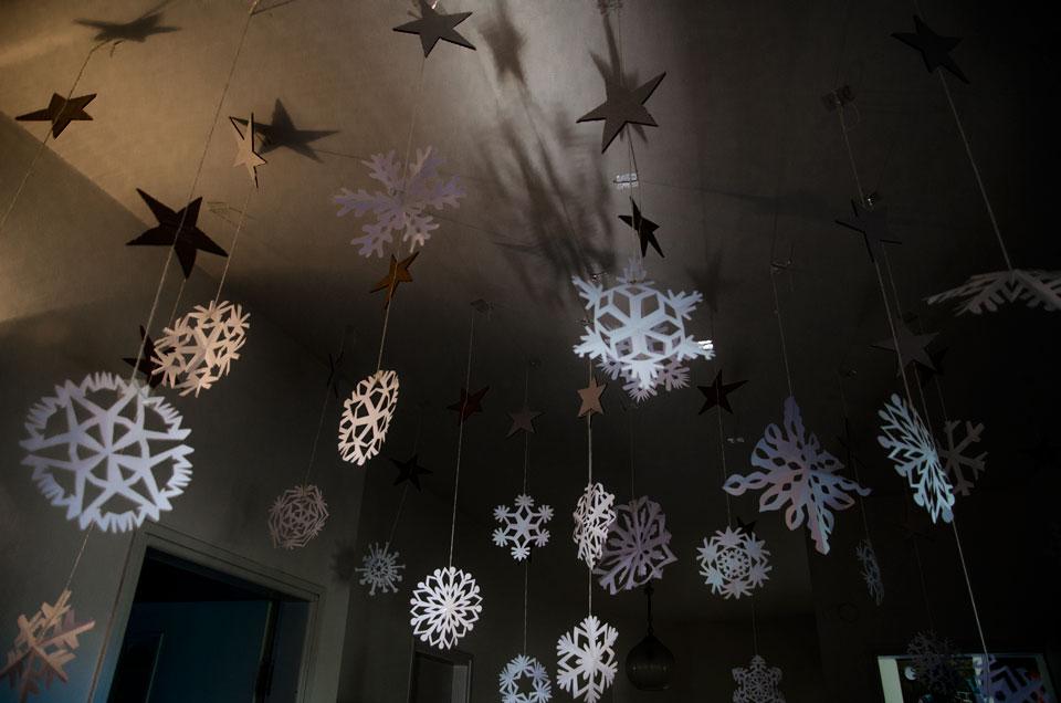 התקרה שלנו מלאה בפתיתי שלג ממגזרות נייר