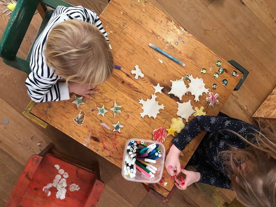 שולחן יצירה , הילדים צובעים את פתיתי השלג שהכנו