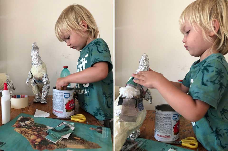 הדרכה בשלבים להכנת דינוזאור מבקבוק פלסטיק, איתמר מכין עיסת נייר