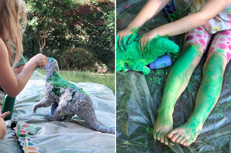 הדרכה בשלבים להכנת דינוזאור מבקבוק פלסטיק- מעיין צובעת את בובת הנייר