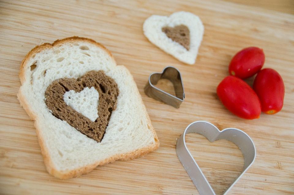 איך להכין סנדביץ' לב משני סוגי לחמים, לחזרה לבית הספר