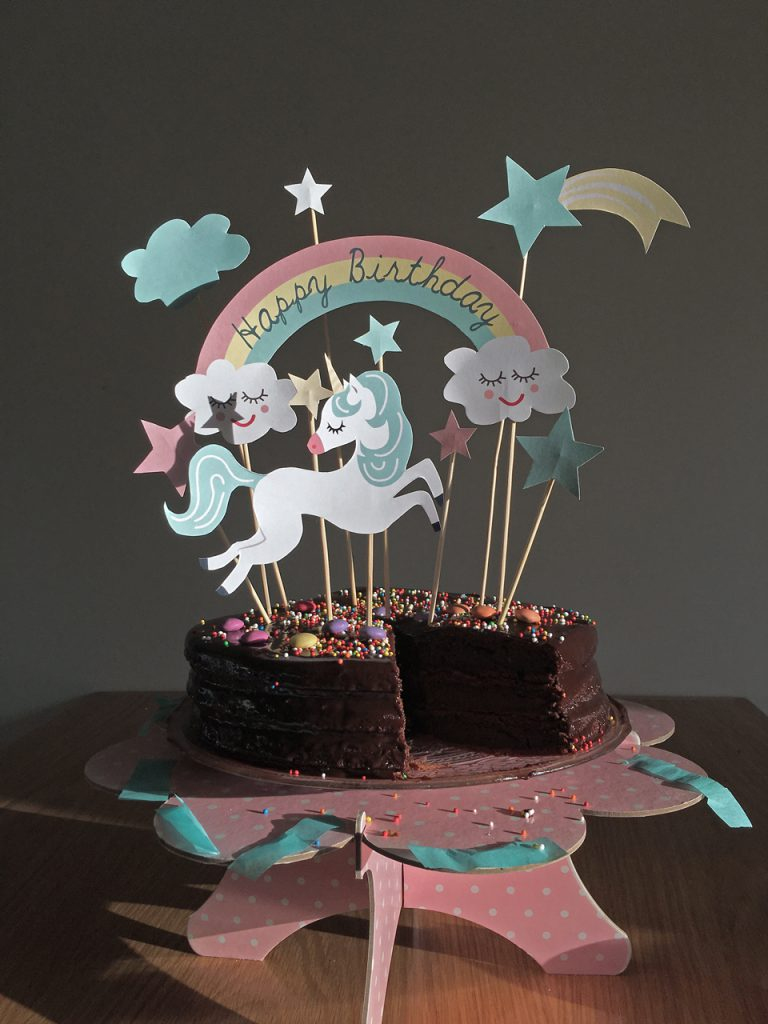 עוגת יום ההולדת של קארין גורן עם קישוטי חד קרן שלי