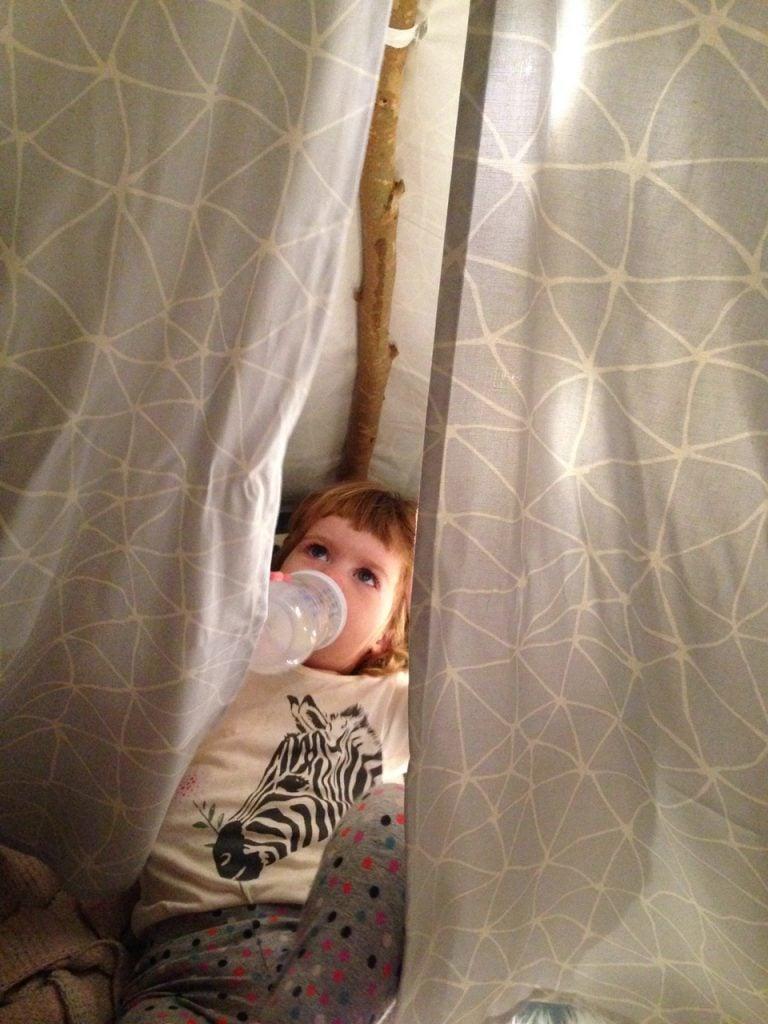 מעיין מתבודדת באוהל הטיפי שלה