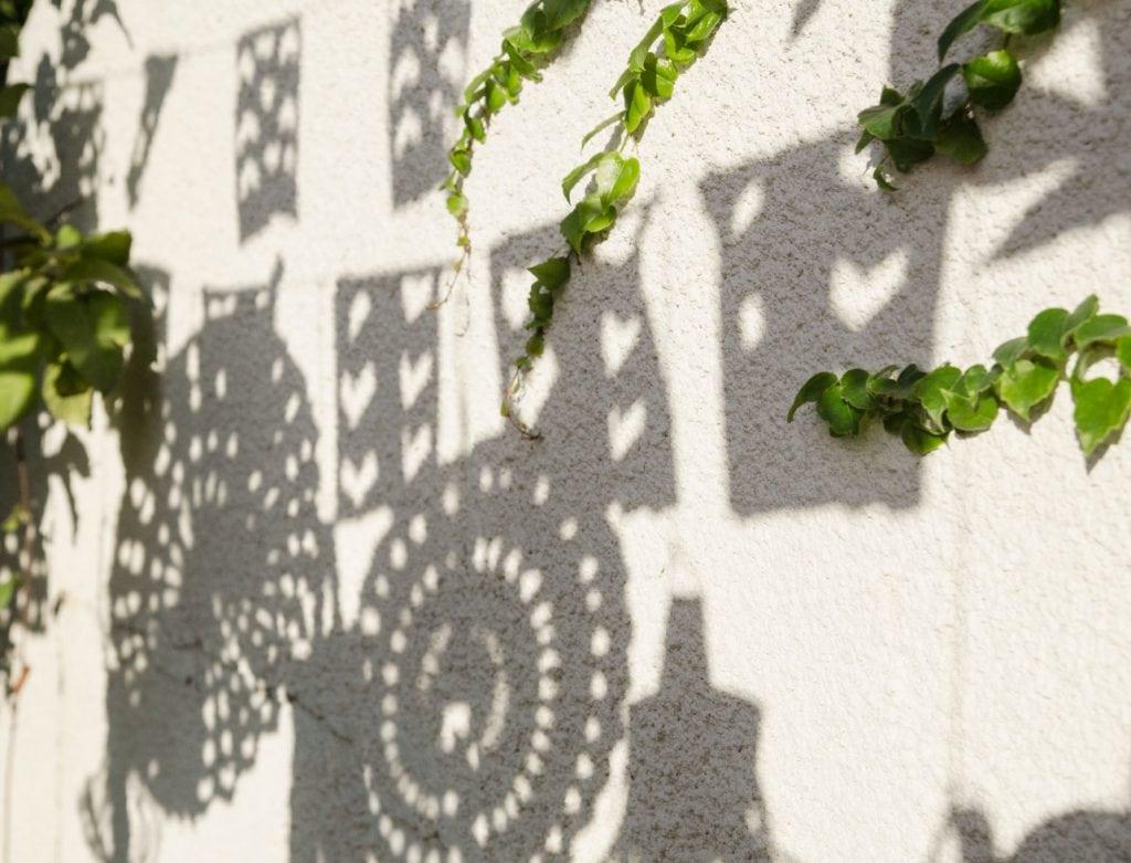 הצל היפה שקישוטי הסוכה יוצרים על הקיר