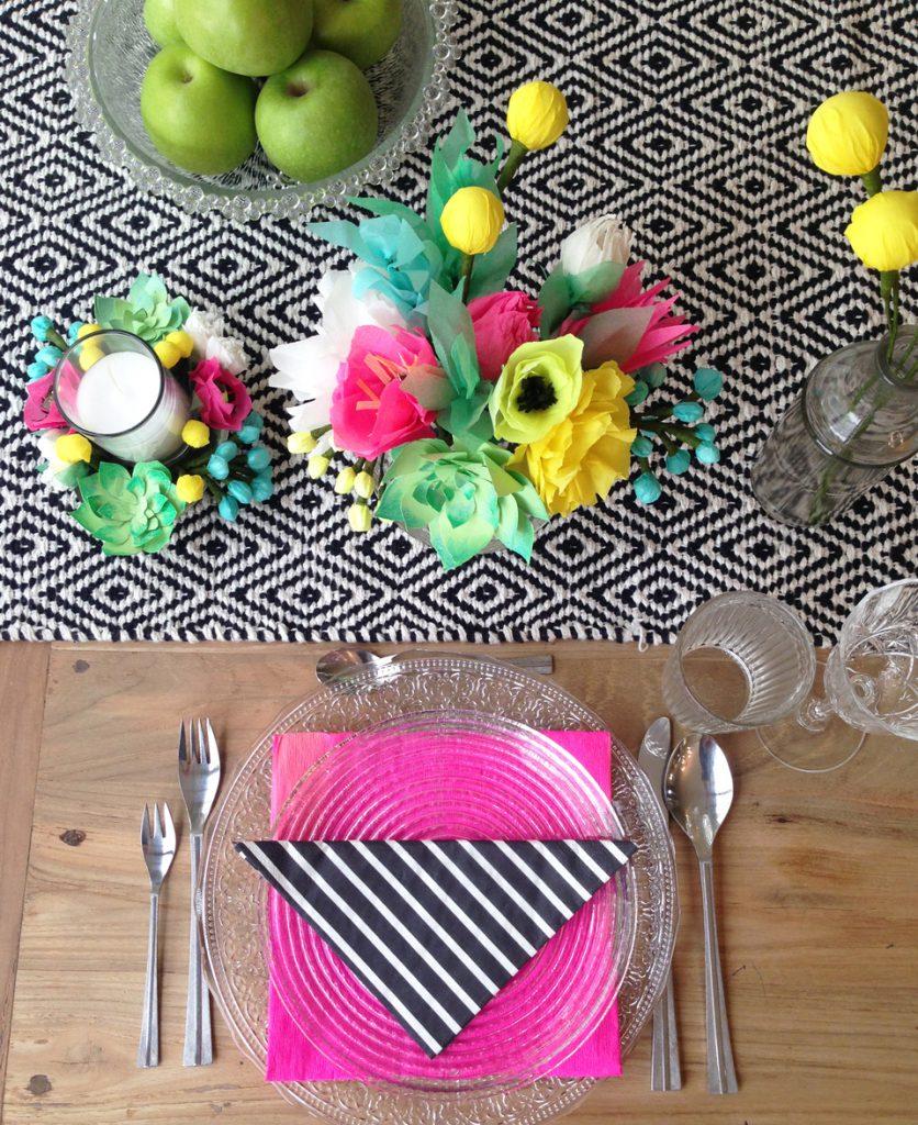 שולחן ערוך לחג עם זרים מפרחי נייר