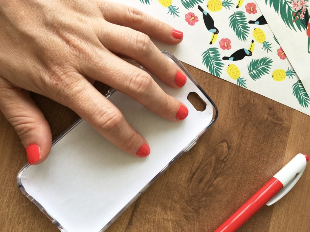 הדרכה ליצירת כיסויים טרופיים לטלפון סלולרי- ממקמים את ההדפס בכיסוי שקוף.