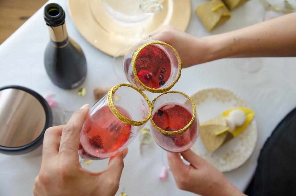 כוסות מקושטות בזהב למסיבת רוז גולד