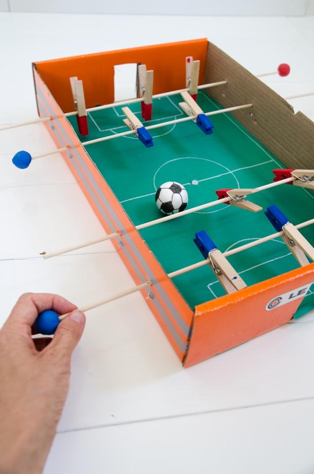 כדורגל שולחן עשה זאת בעצמך מקרטון ואטבים