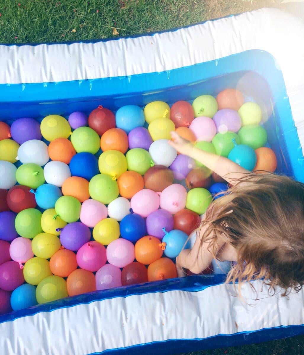 בריכת בלוני מים- פעילות עם הילדים