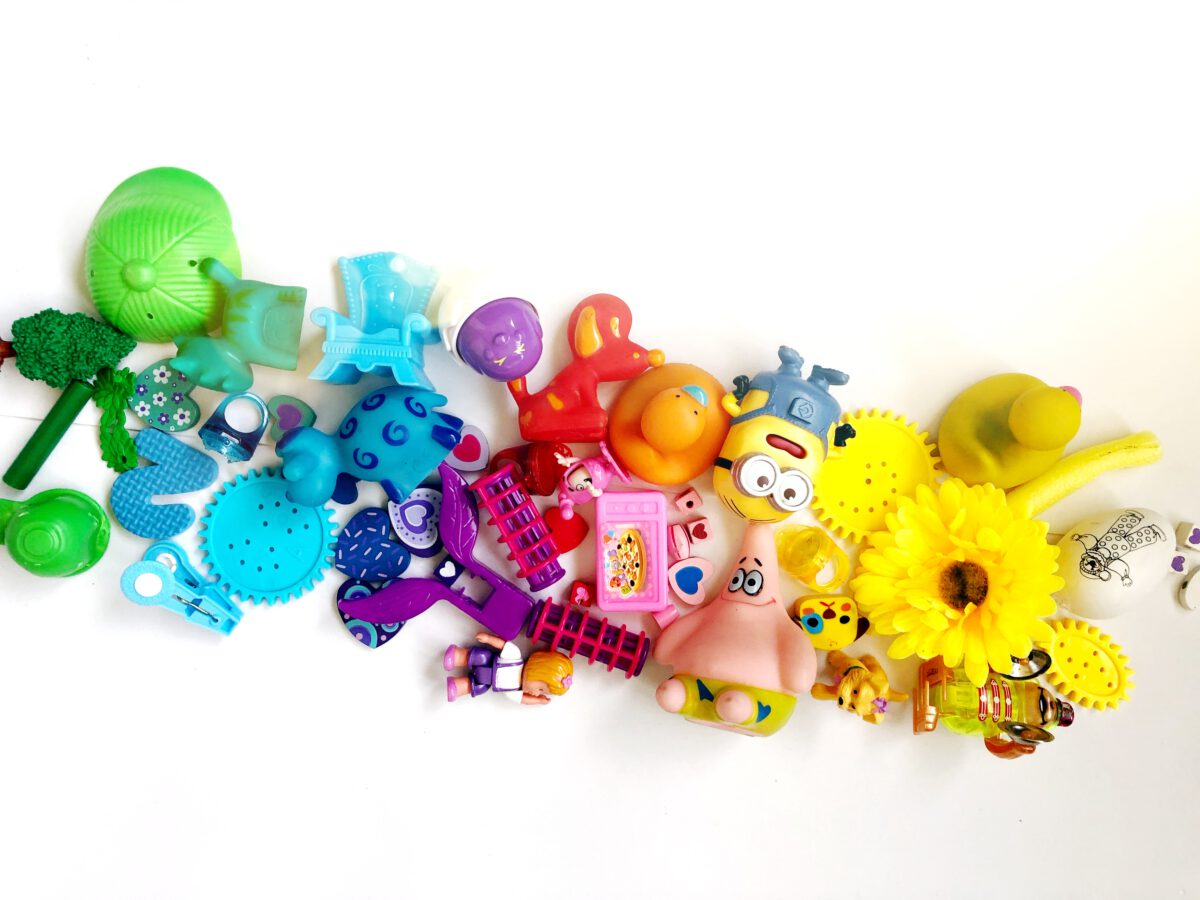 אספנו צעצועים שהילדים לא צריכים כדי להכין מהם מסגרת- פעילות עם הילדים