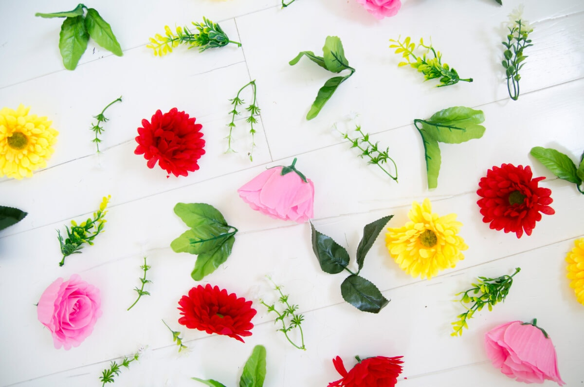 השלבים להכנת טנא בייתי - קוטפים את הפרחים מהפלסטיק