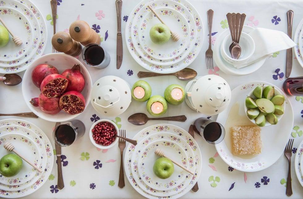 רעיון לעיצוב שולחן חג עם קונפטי פרחים