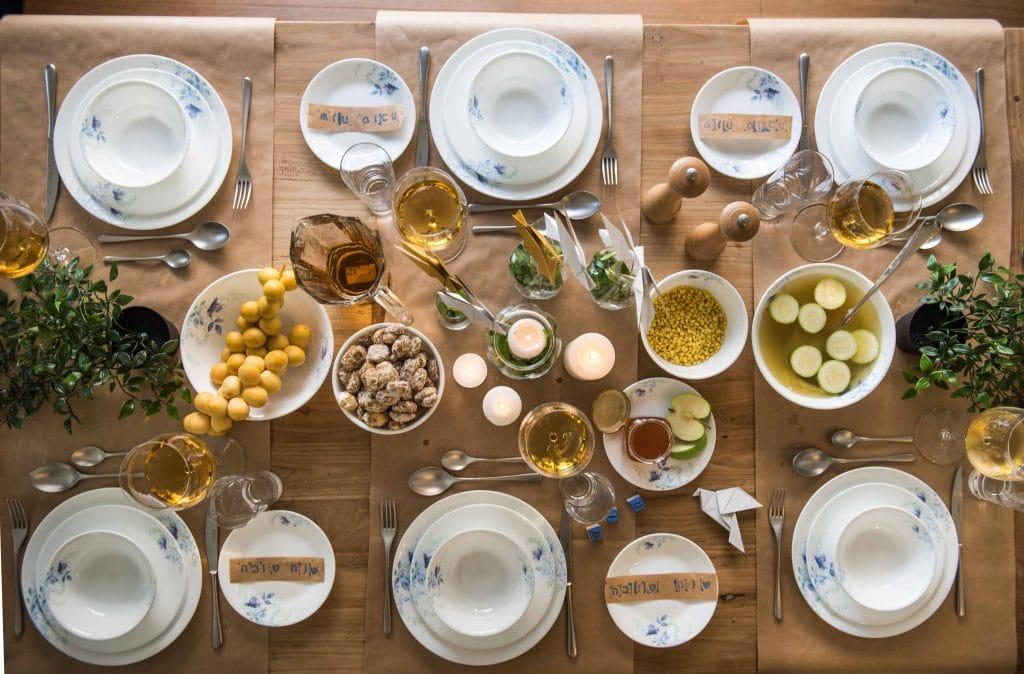 """שולחן ראש השנה מעוצב ע""""י ילדים עם הכלים של 'שקל'"""