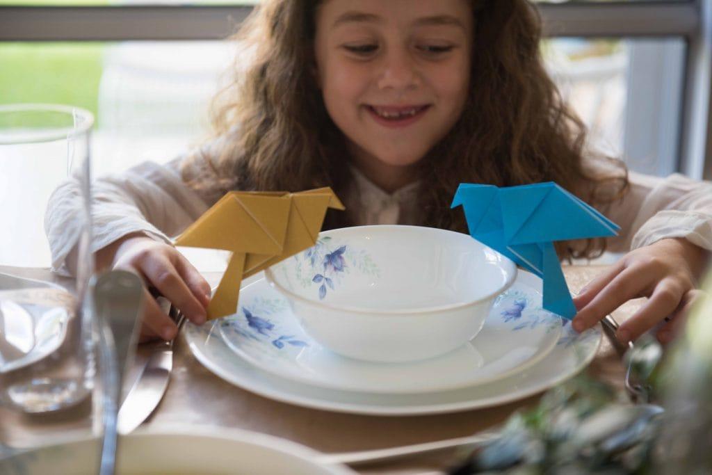 הבנות משחקות עם ציפורי הנייר