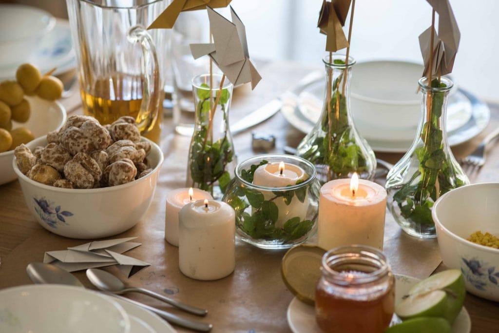 רעיונות לקישוט שולחן ראש השנה, צנצנות עם צמחים בתוכן