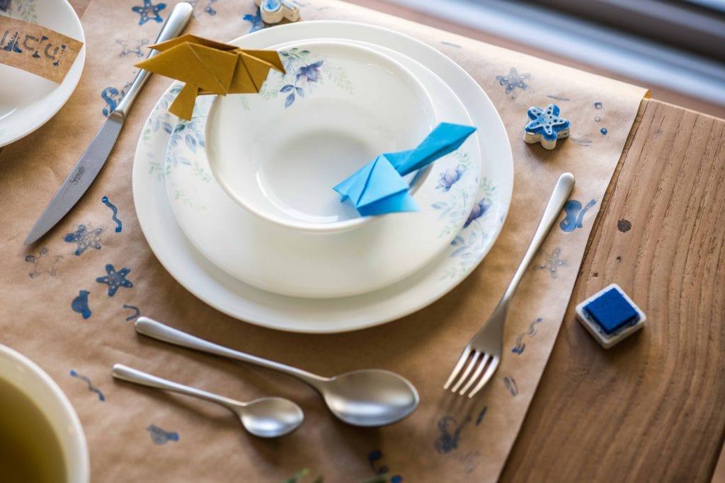 פלייסמטים מנייר אריזה חום יכולים לשמש גם כתעסוקה לילדים בזמן הארוחה