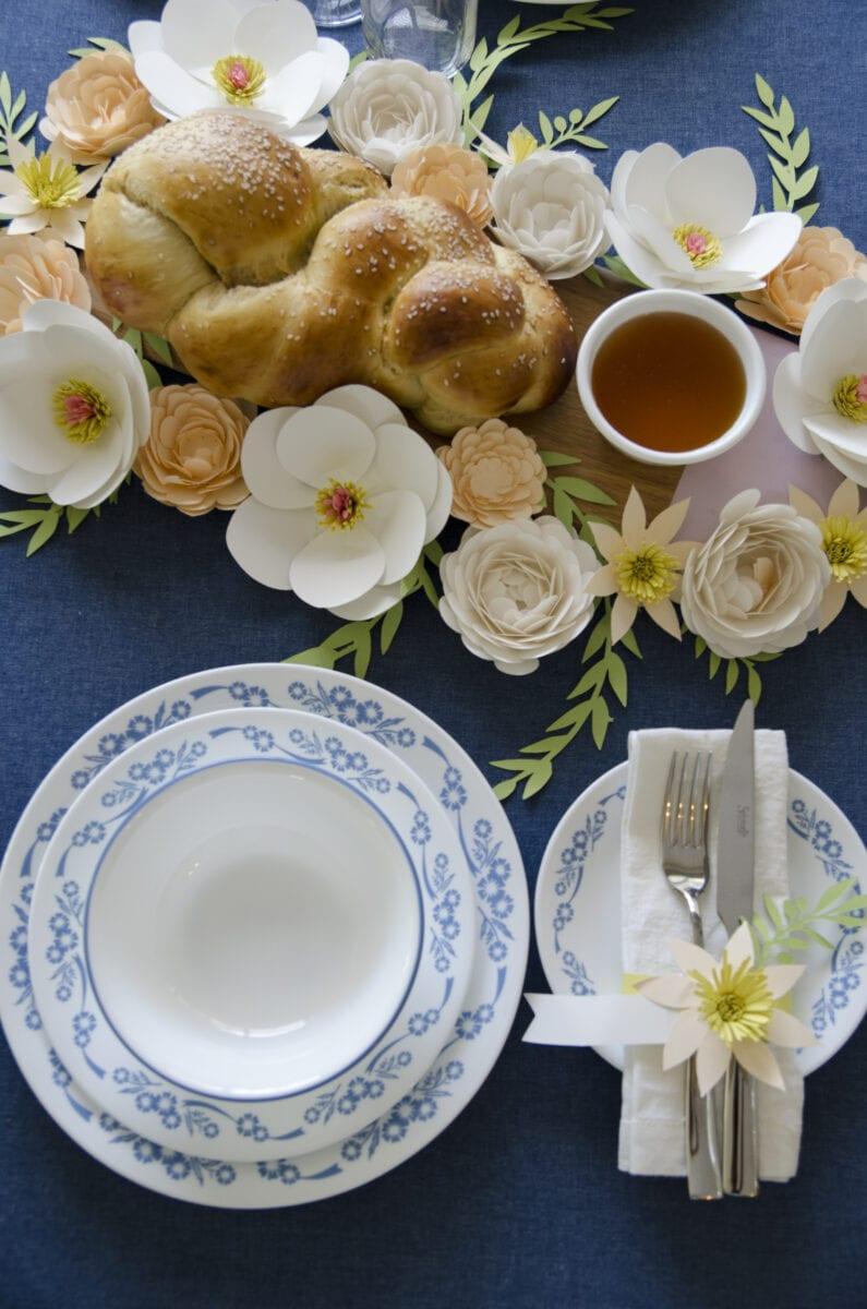 עריכת שולחן חג עם פרחים מנייר