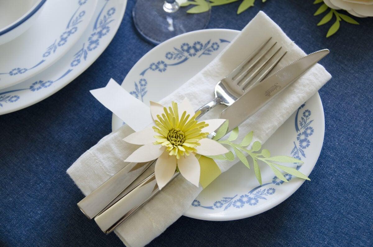 חבק נייר עם פרח נרקיס מנייר