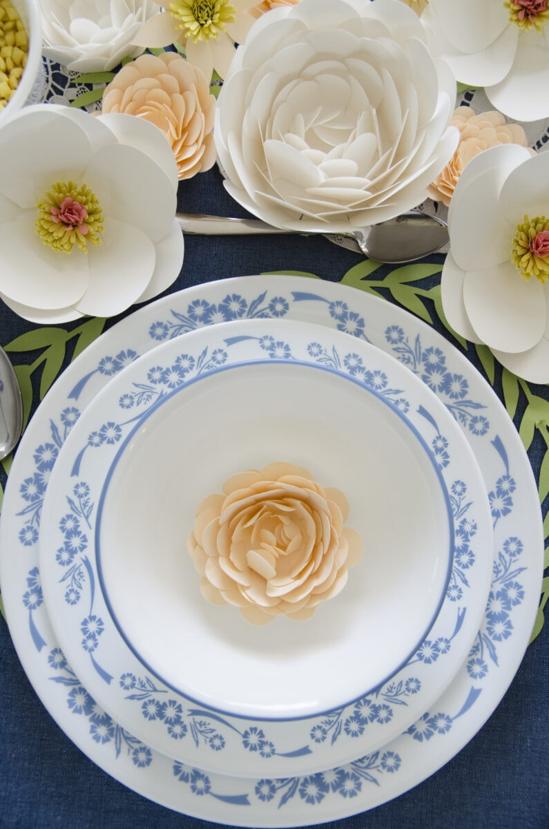 איך לערוך שולחן לראש השנה עם פרחים מנייר