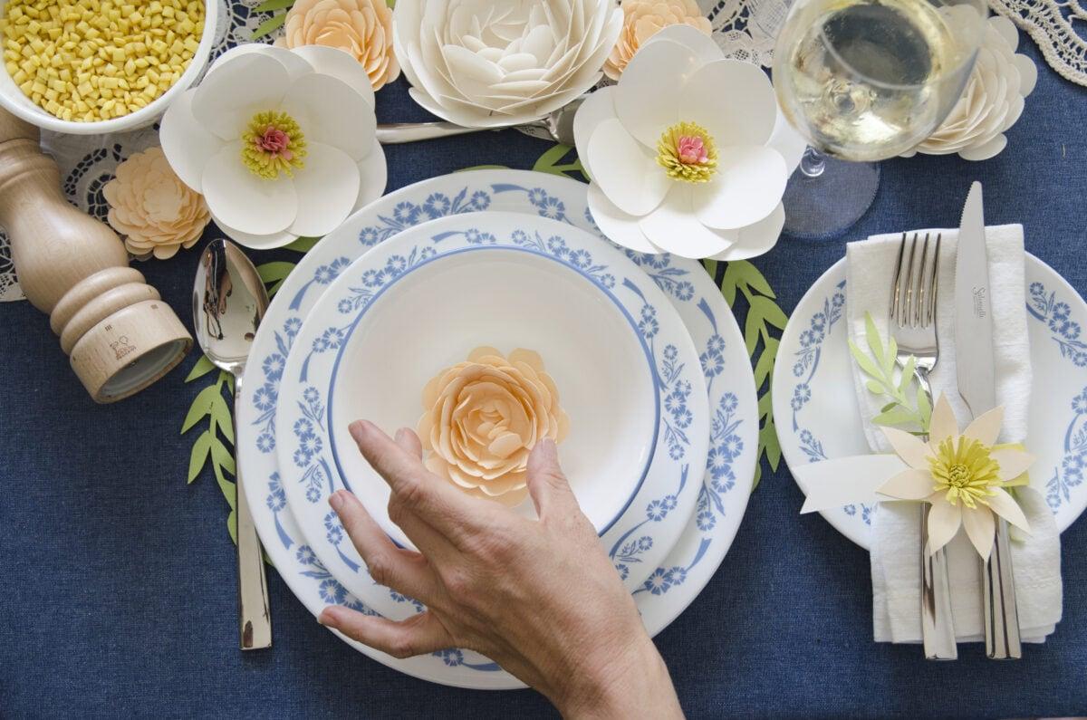 איך לערוך שולחן חג עם פרחי נייר