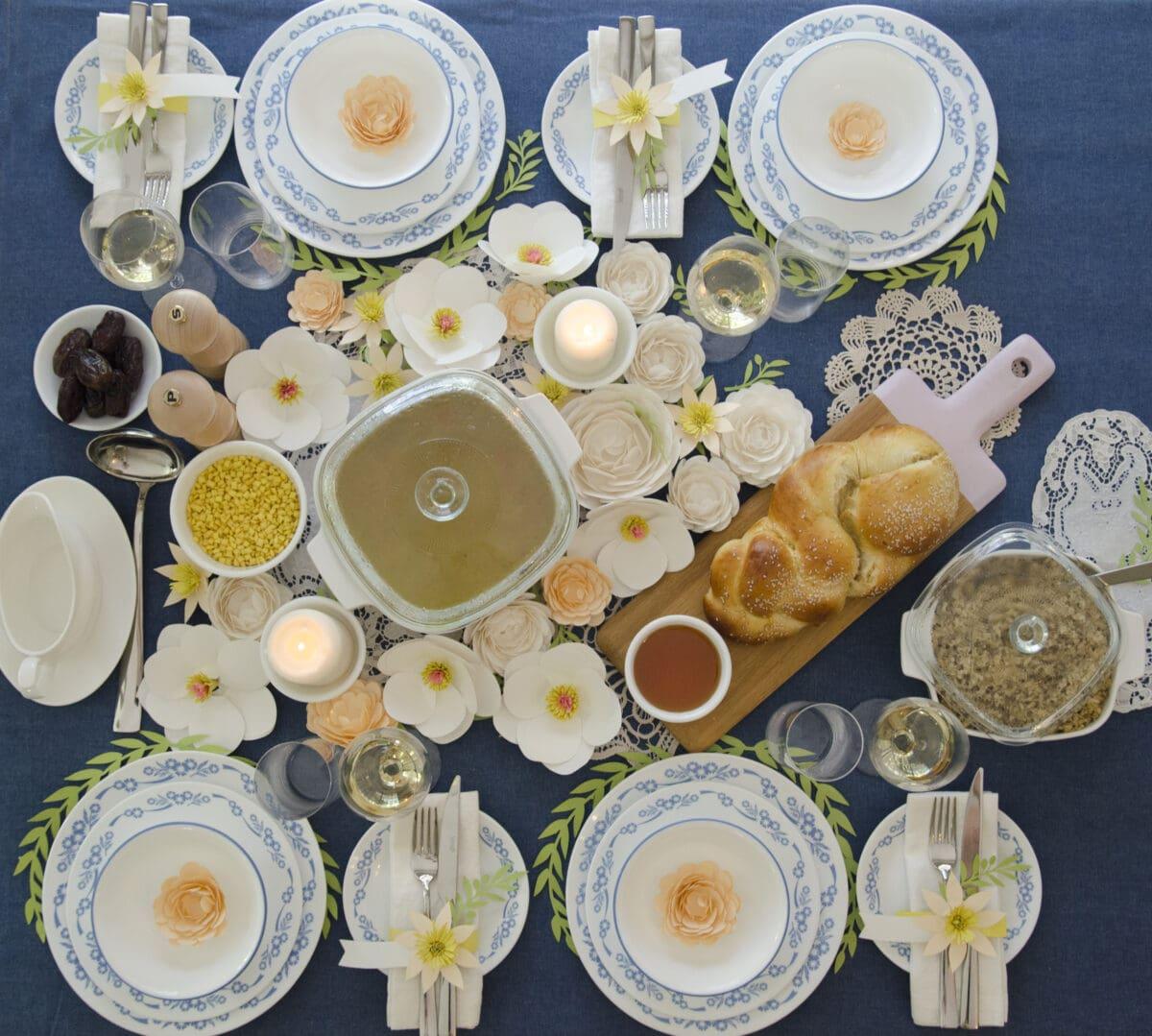 שולחן חג ערוך עם פרחי נייר