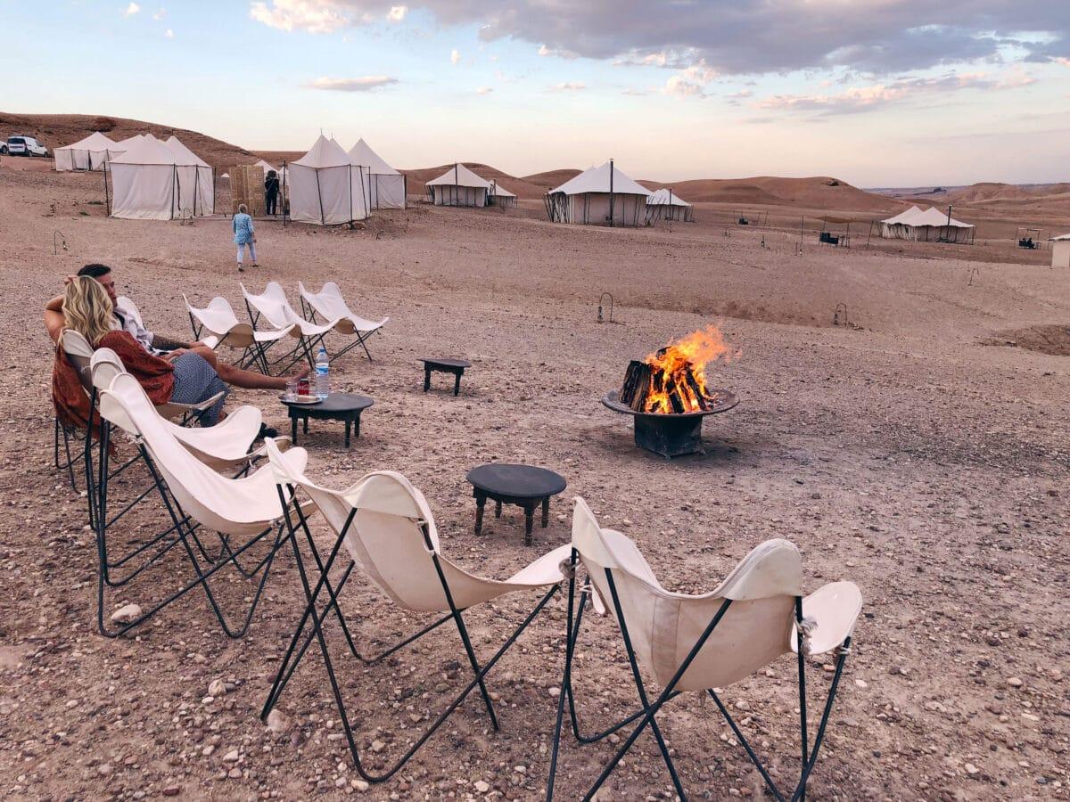 יושבים מסביב למדורה במדבר